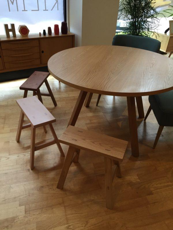 ベンチ小とテーブル
